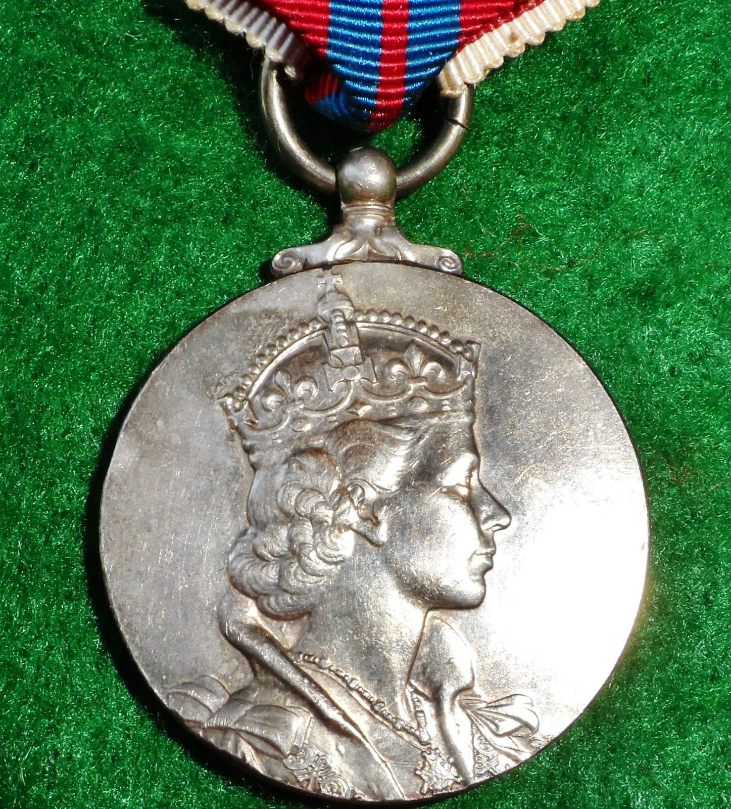 VINTAGE POST WAR 1953 BRITISH ROYAL CORONATION MEDAL QUEEN ELIZABETH II