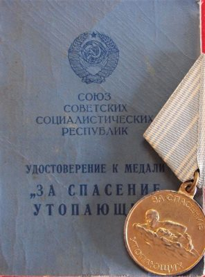 RARE SOVIET UNION RUSSIAN MEDAL & DOCUMENT FOR THE SALAVATION OF THE DROWNING