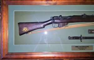WW2 AUSTRALIAN 1940 LITHGOW LEE ENFIELD 303 RIFLE & BAYONET MOUNTED FRAMED