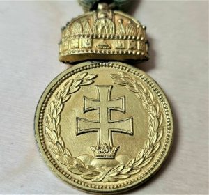 POST WW1 KINGDOM OF HUNGARY SIGNUM LAUDIS MEDAL WITH HOLY CROWN