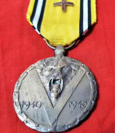 VINTAGE WW2 BELGIUM COMMEMORATIVE WAR SERVICE MEDAL WITH WOUNDED RED CROSS