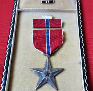 VINTAGE WW2 UNITED STATES AMERICA CASED BRONZE STAR MEDAL WITH RIBBON BARS
